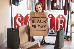 härlig kvinna med shoppingpåsar på svarta fredag Arkivbild