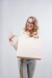 Härlig kvinna med shoppingpåsar som visar tomt kopieringsutrymme för Royaltyfria Bilder