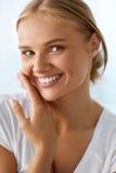 Härlig kvinna med skönhetframsidan, sunt vitt le för tänder Royaltyfria Bilder