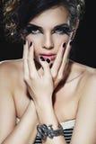 Härlig kvinna med skönhetsvartmanicuren och makeup royaltyfri fotografi
