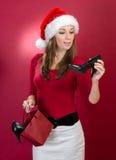Härlig kvinna med skor för Santa hattholding fotografering för bildbyråer