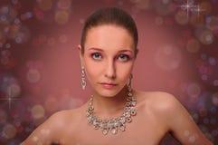Härlig kvinna med smycken. Halsband. Örhängen. Arkivbilder