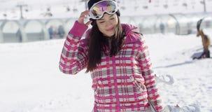 Härlig kvinna med snowboarden stock video