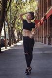 Härlig kvinna med stående perfekt abs utomhus Arkivfoto