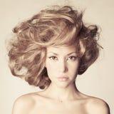 Härlig kvinna med storartat hår royaltyfria foton