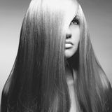 Härlig kvinna med storartat hår Fotografering för Bildbyråer