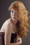 Härlig kvinna med stort rött hår Fotografering för Bildbyråer