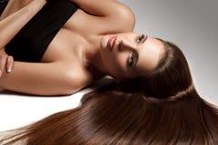 Härlig kvinna med sunt långt hår Royaltyfri Fotografi