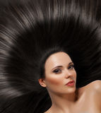 Härlig kvinna med sunt långt hår