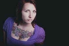 Härlig kvinna med tatueringen i svart bakgrund Royaltyfri Fotografi