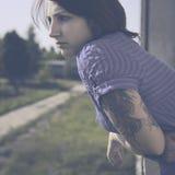 Härlig kvinna med tatueringen i tappningstil Royaltyfri Fotografi