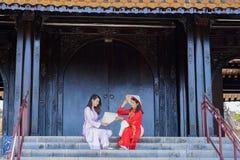 Härlig kvinna med traditionell Vietnam kultur royaltyfri fotografi