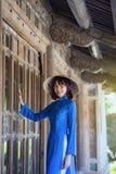 Härlig kvinna med traditionell Vietnam kultur arkivfoton