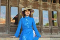 Härlig kvinna med traditionell Vietnam kultur fotografering för bildbyråer