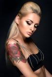 Härlig kvinna med trevligt smink _ Fotografering för Bildbyråer