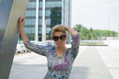 härlig kvinna med utomhus- långt blont hår Royaltyfri Fotografi