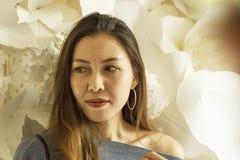 Härlig kvinna med vitblommor arkivbild