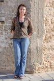 Härlig kvinna mot stenväggen Royaltyfria Foton