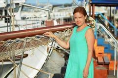 Härlig kvinna nära fartyg Royaltyfri Bild