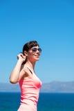 Härlig kvinna nära havet under sommarsemester Arkivfoto