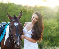 Härlig kvinna och en häst arkivbilder