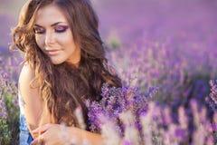 Härlig kvinna och ett lavendelfält Arkivfoto
