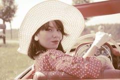 Härlig kvinna och gammal bil, femtiotalstil arkivbilder
