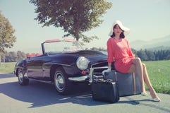 Härlig kvinna och gammal bil, sixtiesstil Arkivbilder