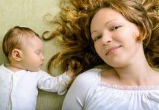 Härlig kvinna och hennes nyfödda dotter Arkivbild