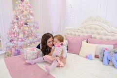 Härlig kvinna och liten flicka, moder och dotter i bra mu Arkivfoton