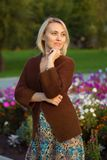 Härlig kvinna och stuckit omslag lycklig ståendekvinna Arkivfoton
