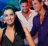 Härlig kvinna och vänner i nattklubb Royaltyfria Foton