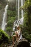 Härlig kvinna och vattenfall Arkivbilder