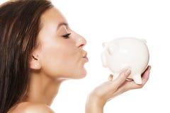 Härlig kvinna omkring som kysser en piggy grupp Fotografering för Bildbyråer