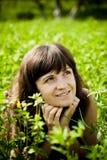 Härlig kvinna på ängen på en varm sommardag royaltyfri fotografi