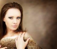 Härlig kvinna på bakgrund Arkivfoto