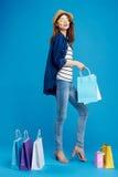 Härlig kvinna på blå bakgrund, shopping, shopping Arkivbild