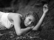 Härlig kvinna på den steniga stranden Arkivbilder