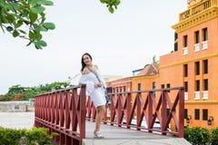 Härlig kvinna på den vita klänningen som bara står på omge för väggar av den koloniala staden av Cartagena de Indias royaltyfri bild