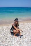 Härlig kvinna på en strand Arkivfoton