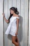 Härlig kvinna på en vit klänning Royaltyfri Foto