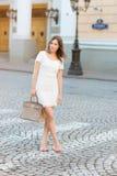 Härlig kvinna på gatamorgonen royaltyfri foto