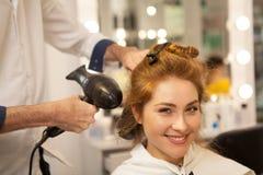 Härlig kvinna på hårskönhetsalongen arkivbild
