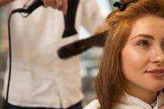 Härlig kvinna på hårskönhetsalongen royaltyfria foton