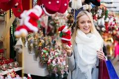 Härlig kvinna på julmarknaden Royaltyfria Bilder