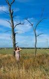 Härlig kvinna på naturen arkivbild