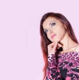 Härlig kvinna på rosa bakgrund Arkivfoton
