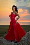 Härlig kvinna på solnedgången/soluppgången royaltyfria foton