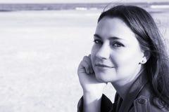 Härlig kvinna på strand royaltyfri fotografi