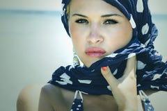 Härlig kvinna på stranden. Arab style.Summer.freckles Arkivfoto